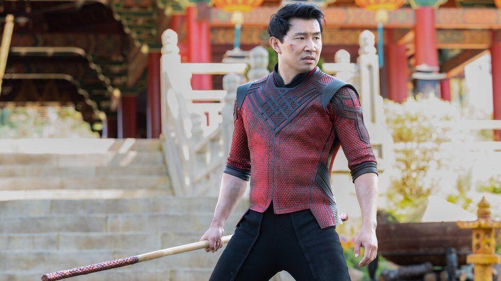 """Ternyata Pemeran Film """"Shang-Chi"""" Pernah Dipecat Sebagai Akuntan di Deloitte"""