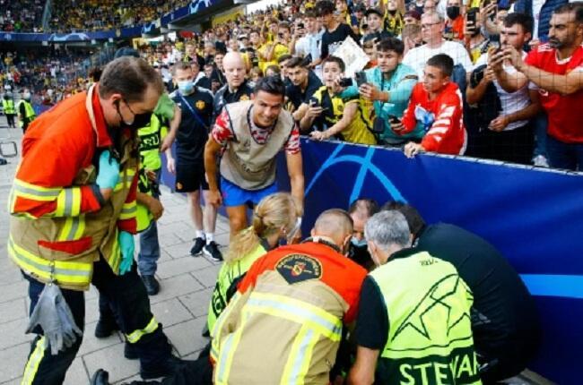 Jadi Korban Bola Nyasar, Steward Ini Pulang Bawa Kaos Cristiano Ronaldo