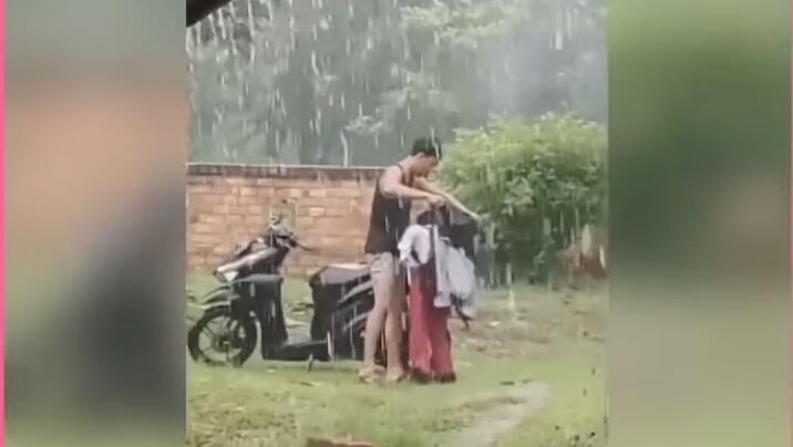 Viral Seorang Kakak Lepas Jaket untuk Adik yang Kehujanan, Apa Tugas Kakak Pada Adik?