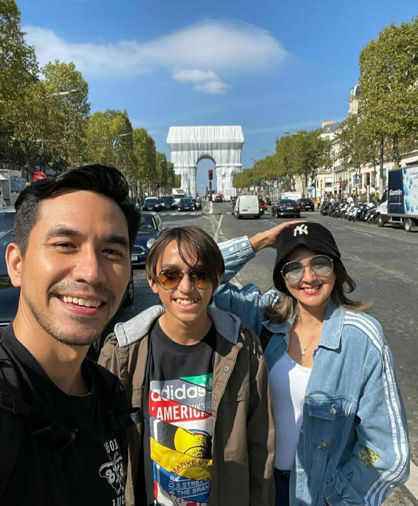 Darius Sinathrya dan Donna Agnesia Antar Anak Sulung ke Prancis Buat Sekolah Bola