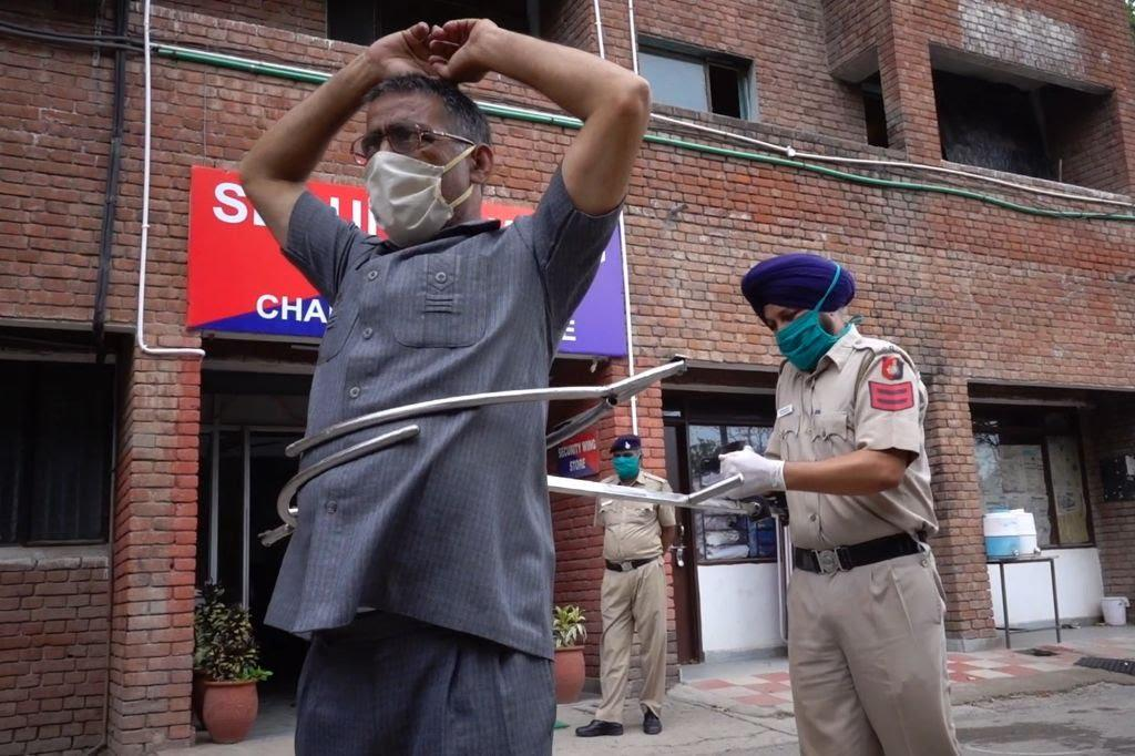 Waduh ! Polisi Gunakan Alat 'PENJEPIT RAKSASA' Tangkap Pelanggar Prokes Di India