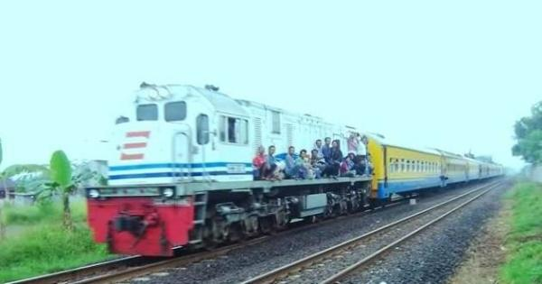 8-pemandangan-penumpang-kereta-api-zaman-old-ini-bikin-ngelus-dada