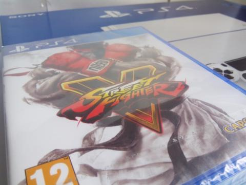 New PS4 Glacier White + 1 Street Fighter V