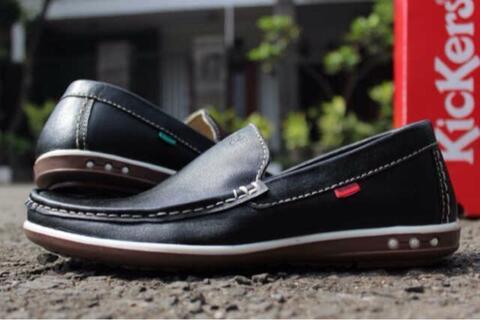 WTS : Sepatu slip on pria material kulit by kickers bloes rajut warna hitam