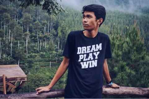 kaos Dream Play Win Hitam