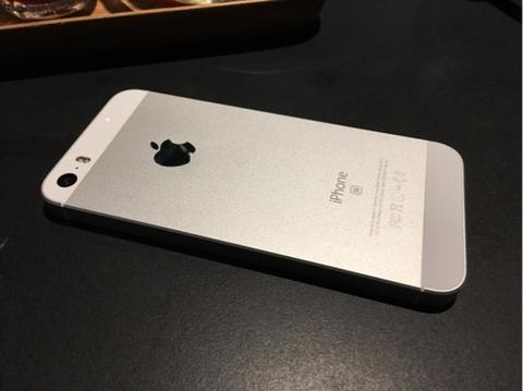 iPhone SE 16gb Silver, Baru 3 bulan, Garansi Resmi Apple, MINT Condition, LIKE NEW.