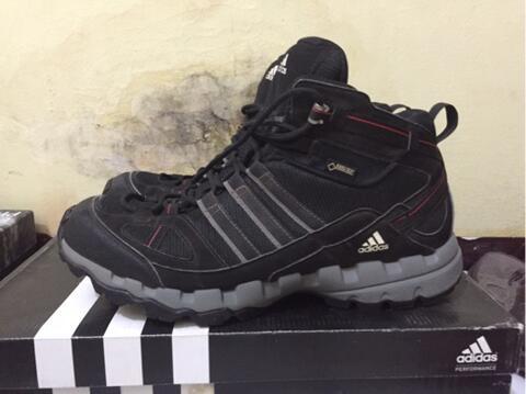Sepatu gunung   sepatu hiking   sepatu outdoor adidas goretex ax 1 mid 881fed1285