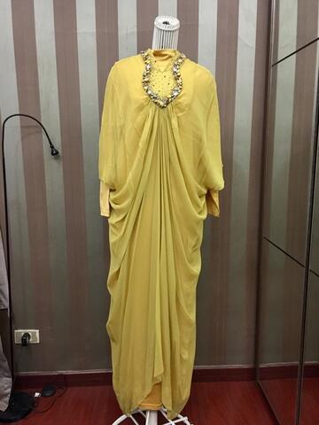 Abaya kuning hiasan batuan