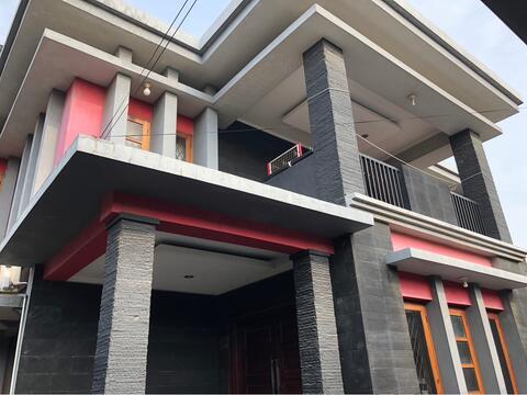 Rumah Huni + Ruko didepan. Uk. Luas Tanah : 450m2 Luas Bangunan : 550m2
