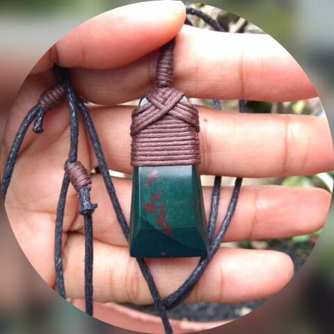 Kalung Batu Jasper Nogosui Klawing Gaya Hei Toki Suku Maori