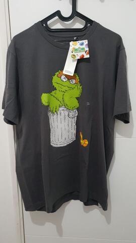 T-shirt Uniqlo Kaws Sesame Street (not bape/champion/supreme/offwhite)