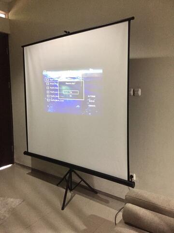 Screen Projector / Layar Proyektor 70 inch