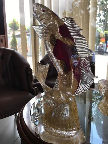 patung ikan koi bertabur emas di dalam patung