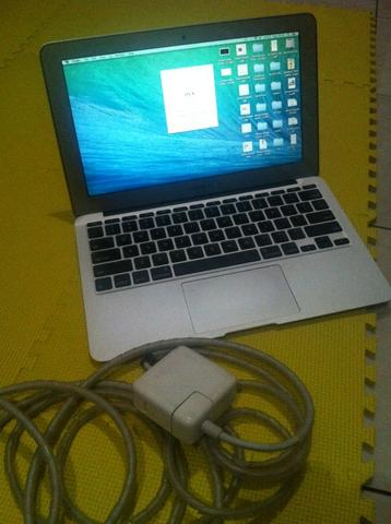 "Macbook Air Early 2014 | i5 1.4 GHz | 4gb | 128gb SSD | 11"" inch"