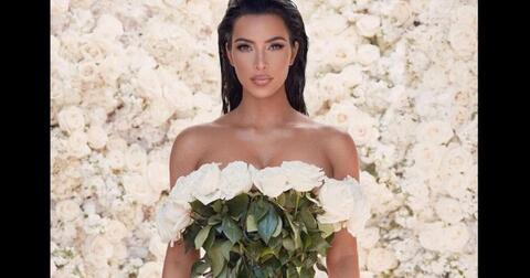 kim-kardashian-pakai-buket-bunga-mawar-asli-jadi-gaun