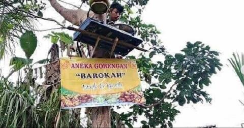 nekat-jual-gorengan-di-atas-pohon-pria-ini-curi-perhatian-netizen