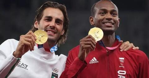 mengharukan-dua-atlet-lompat-tinggi-ini-berbagi-emas-olimpiade-tokyo