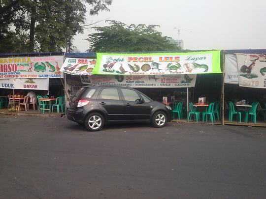 Pedagang Kaki Lima di Sekitaran Jakarta Fair Kemayoran yang Keterlaluan