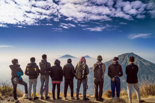Hasil gambar untuk gaya foto di gunung