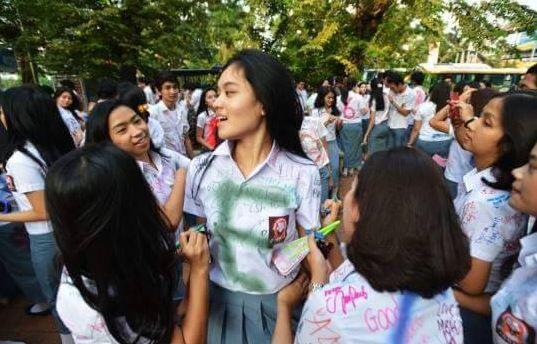 "Bangga ""Buah Dada"" Digerayangi, Tren Anak SMA Sekarang Rayakan Kelulusan"