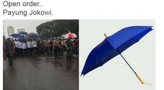 Setelah jaket bomber, payung biru Jokowi ini juga diminati netizen
