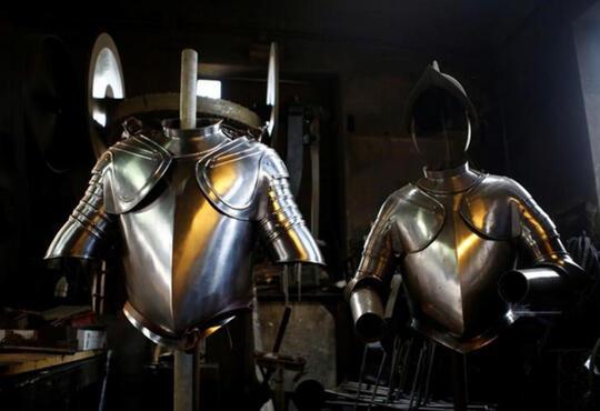 Melihat Proses Pembuatan Baju Besi Pengawal Paus