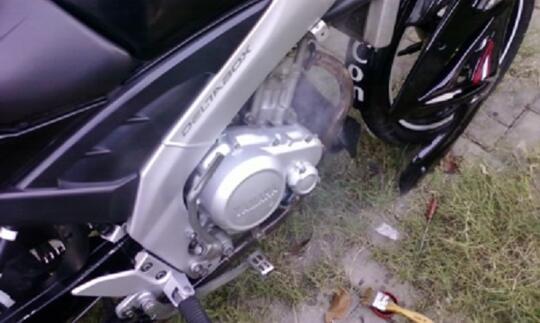 Gak harus selalu nunggu 3000km, ini dia ciri oli motor harus segera di ganti!