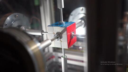 Mesin ini mampu selesaikan rubik cube dalam 0,3 detik!