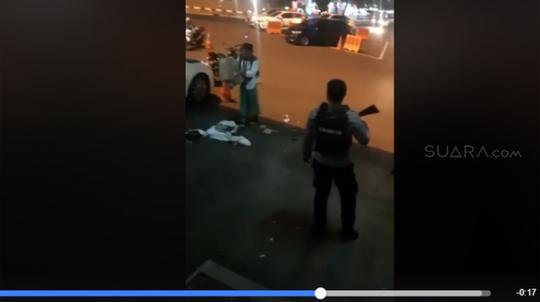 DIKECAM, POLISI BERSENJATA PAKSA SANTRI BONGKAR KARDUS DI JALAN