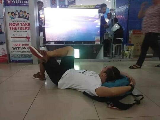 Gokil! Capek Nungguin Istri Belanja di Mall, Pria Ini Malah SANTAI di Toko Elektronik