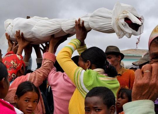 Ritual-ritual kematian yang ngeri-ngeri sedap. Di Indonesia sih gak ada beginian.