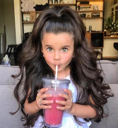 Ini Mia, Fashionista Cilik Berambut 'Singa' yang Populer di Instagram