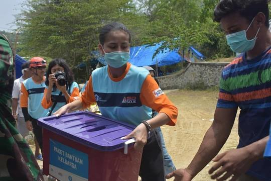 Tanpa Make Up, 9 Potret Awkarin Jadi Relawan di Palu