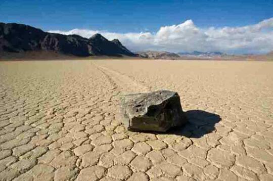 Kok Bisa Ya? 5 Batu Ajaib Ini Bisa Melawan Hukum Gravitasi Bumi!