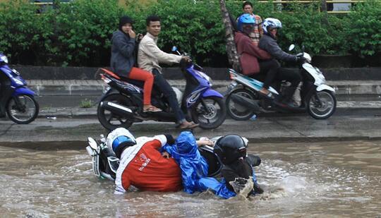 Naik Motor Saat Hujan, 5 Hal Nyebelin Ini Sering Terjadi