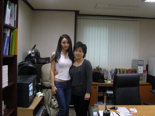 """DUH! Guru Cantik Dan """"SEKSI"""" Asal Korea Ini Jadi Idola Di Sekolah Khusus PRIA!"""