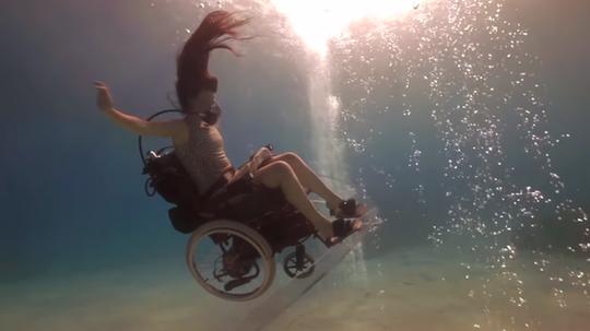 Penyelam Yang Menggunakan Kursi Roda Unik Serta Memotivasi