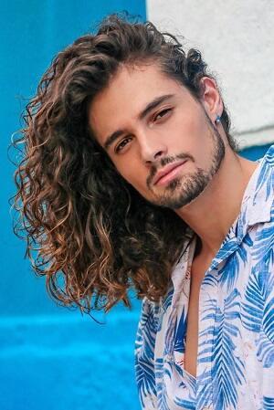 Rambut Gondrong Para Pria Ini Pasti Bikin Kamu Iri Sis!