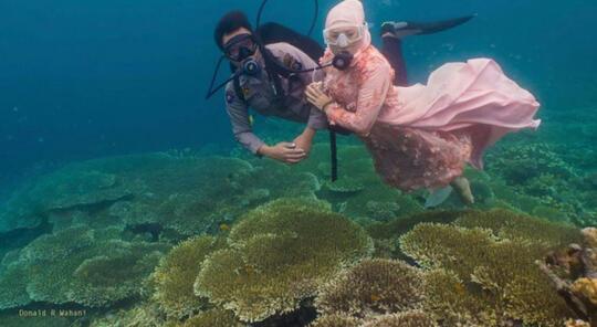 Sepasang Kekasih Foto Prewedding di Taman Laut Olele