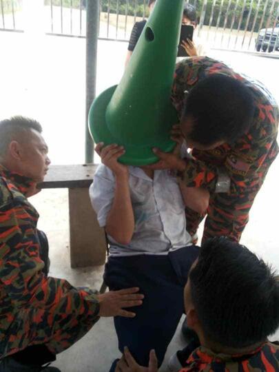"""Bikin REPOT! Bocah Iseng Maenin """"SAFETY CONE"""", Eh Kepalanya NYANGKUT!"""