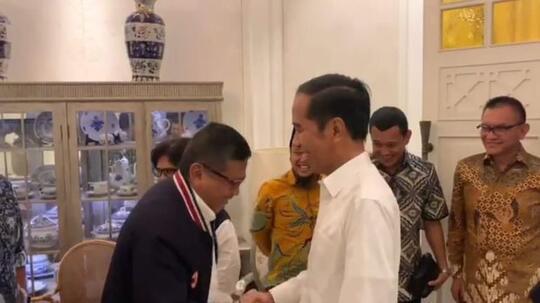 Momen Penuh Tawa Elite TKN Salami dan Sapa Jokowi 'Siap Presiden'