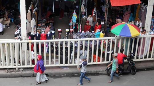 PKL Tanah Abang Kembali Berjualan di Trotoar