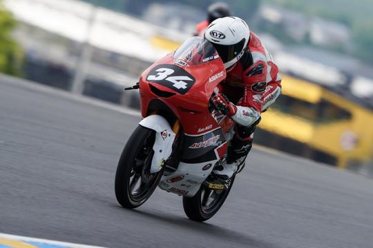 Aksi Pebalap Indonesia di Sirkuit Le Mans Perancis