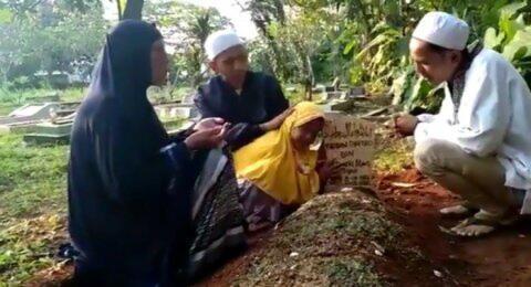 Video Putri Korban Kerusuhan 22 Mei Menangis di Makam Ayahnya Dapat Simpati