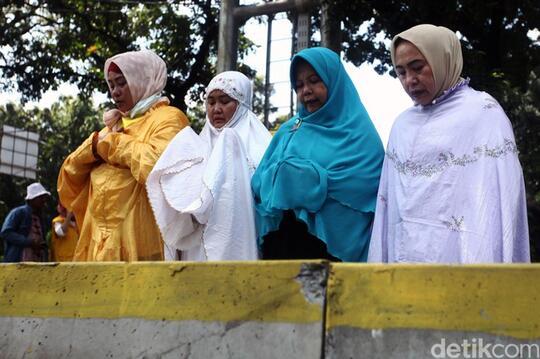 Massa Kawal Sidang Sengketa Pilpres, Salat Dzuhur di Jalur Busway
