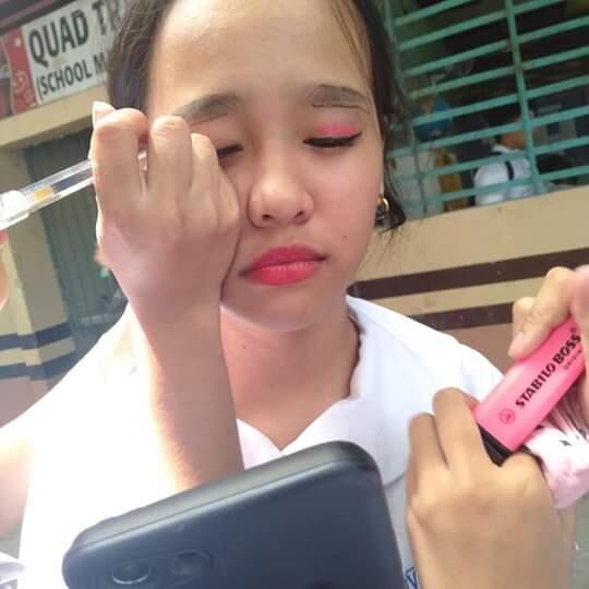 Make Up Sederhana dengan Alat Tulis, Hasilnya Bikin Meringis!