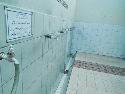 Kepergok, Karyawan dan Siswi SMP Melakukan Hubungan Intim di Dalam Toilet Masjid