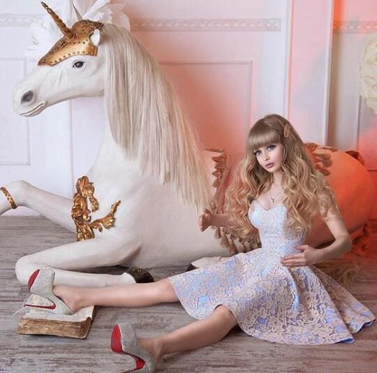 Terlalu Bening Bak Boneka, Cewek Rusia Ini Dikekang Ayahnya