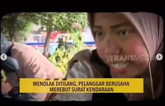 HEBOH, Ibu ini histeris saat ditilang oleh polisi.