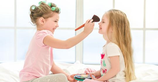 Anakmu Suka Pakai Makeup? Jangan Khawatir Mama! Ga Masalah Kok!